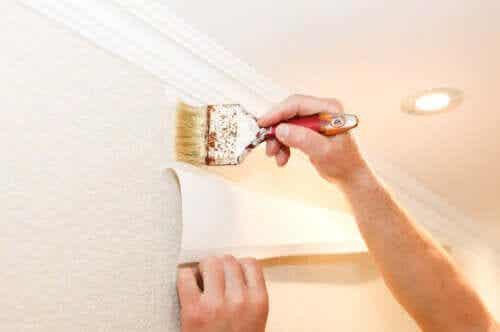 Jak położyć tapetę na ścianie? Praktyczne wskazówki