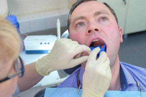 Fluor dentystyczny - jak pomaga na próchnicę