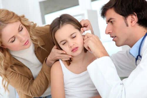 Nadmiar woskowiny w uchu — dlaczego do niego dochodzi?