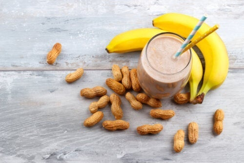 Bananowy koktajl z masłem orzechowym — energetyczna delicja