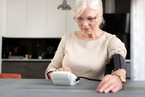Menopauza i nadciśnienie: jak są ze sobą powiązane?