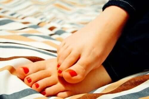 Uczucie gorących stóp — jakie są przyczyny i jak przynieść sobie ulgę